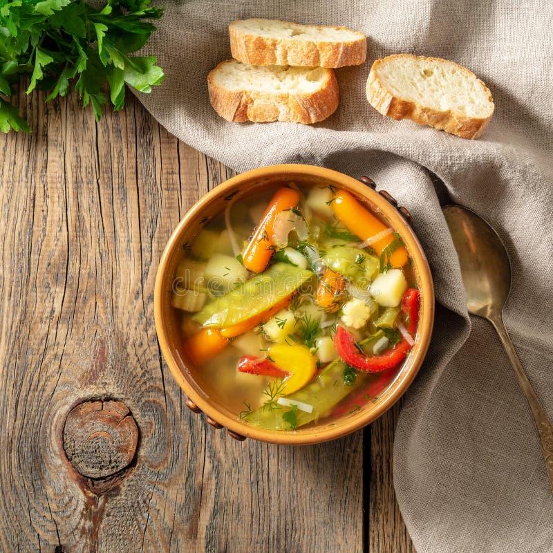 Soupe végétarienne diététique végétale à ressort lumineux Vue supérieure, fond en bois rustique brun, serviette de toile photos stock