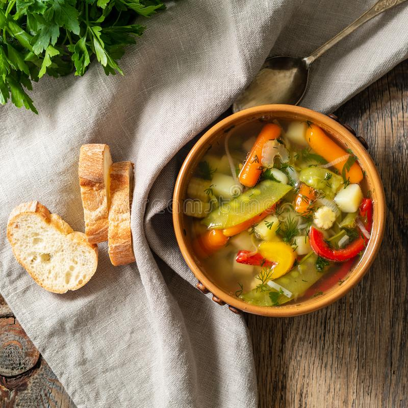 Soupe végétarienne diététique végétale à ressort lumineux Vue supérieure, fond en bois rustique brun, serviette de toile photos libres de droits
