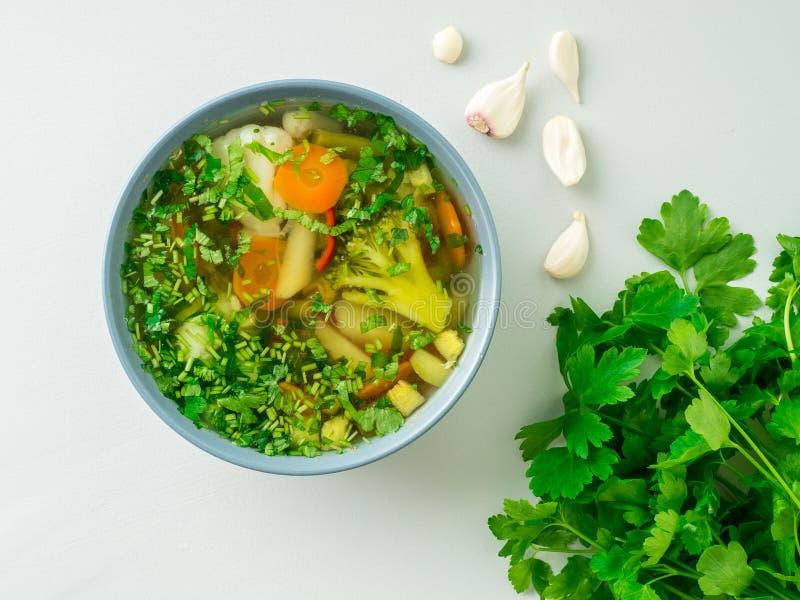 Soupe végétarienne diététique végétale à ressort sain, béton gris images libres de droits