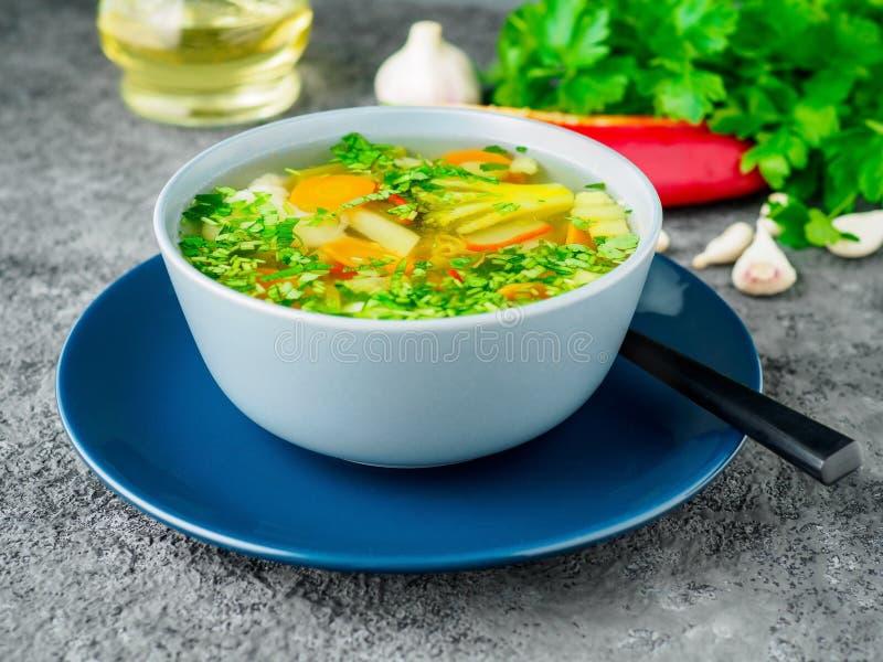 Soupe végétarienne diététique végétale à ressort sain, béton gris photos stock