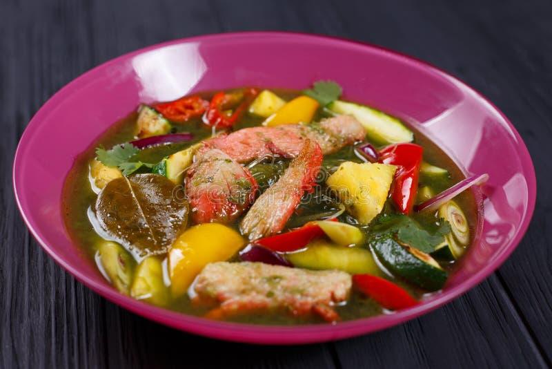 Soupe verte appétissante à cari avec des nouilles de poulet et de riz, fin photographie stock