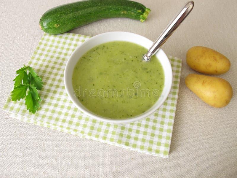 Soupe verte avec la courgette et les pommes de terre images stock