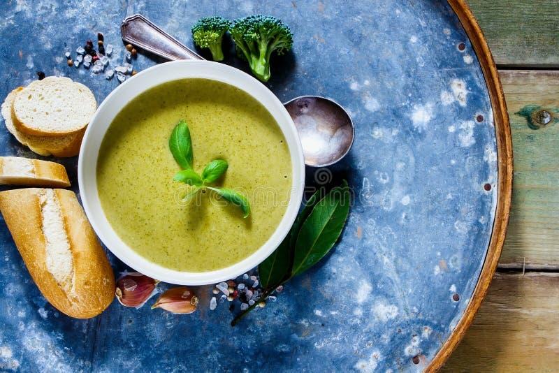 Soupe verte faite maison images libres de droits