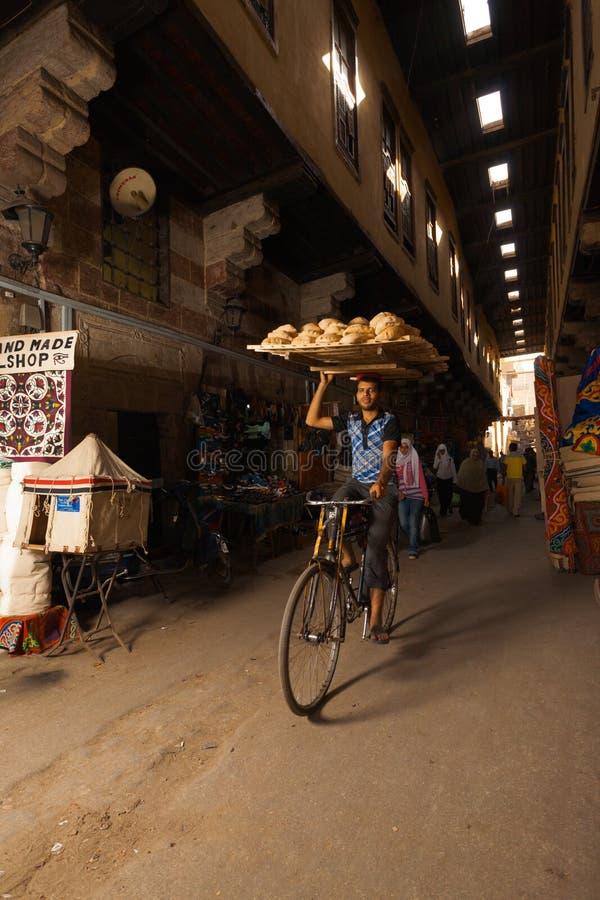 souq för leverans för cykelbröd bärande head royaltyfria bilder
