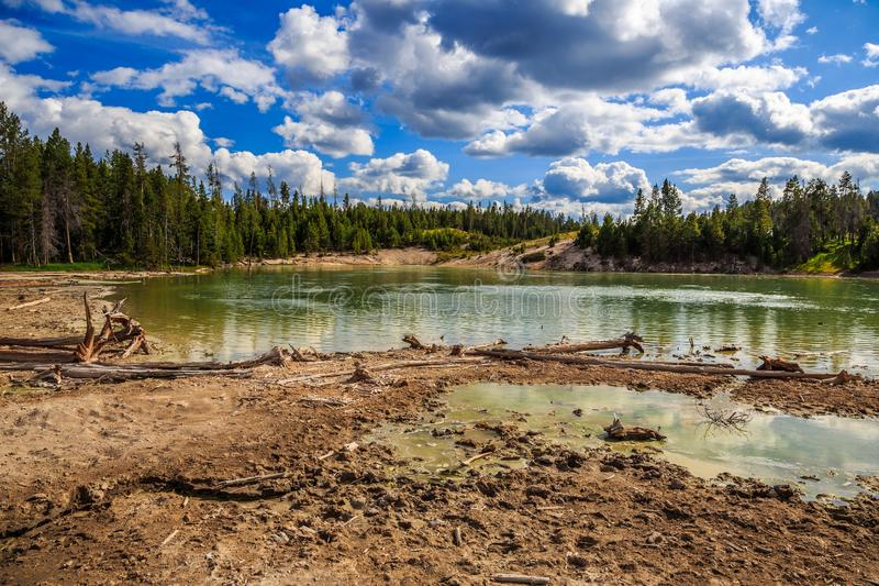 Sour Lake no Parque Nacional de Yellowstone imagens de stock royalty free