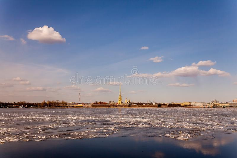 Source à St Petersburg neva photos libres de droits