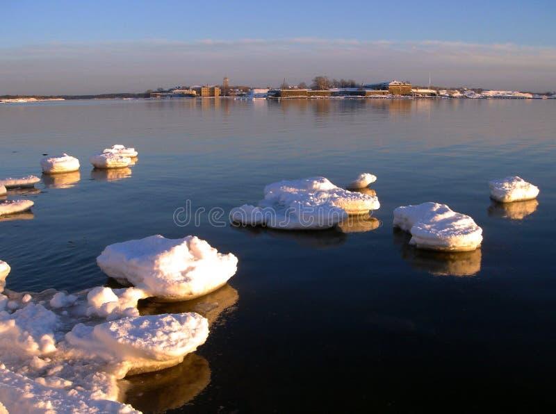 Source. Chassoir de glace sur le golfe de la Finlande photographie stock