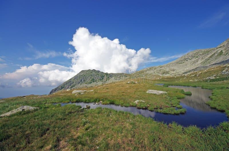 Source d'eau de montagne photo stock