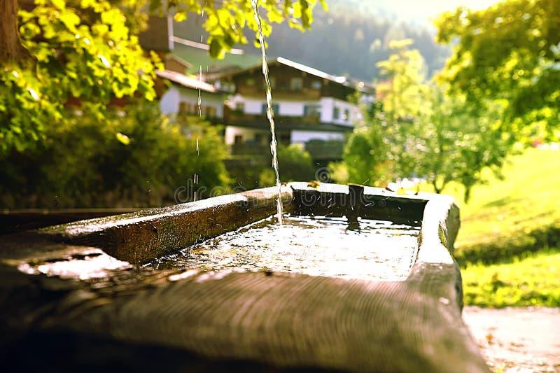 Source d'eau naturelle, ressort naturel, bien dans le paysage de la Bavière photographie stock libre de droits