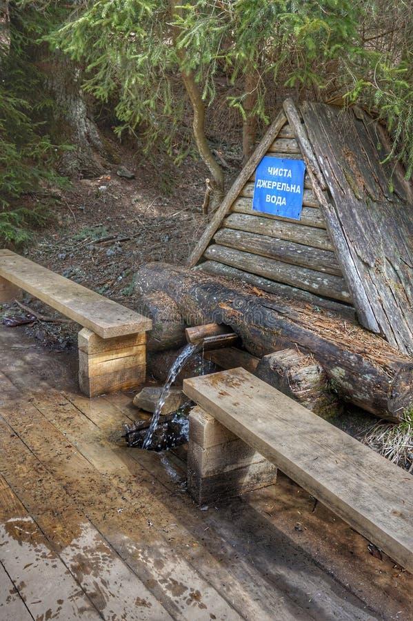 Source d'eau potable dans les montagnes photographie stock