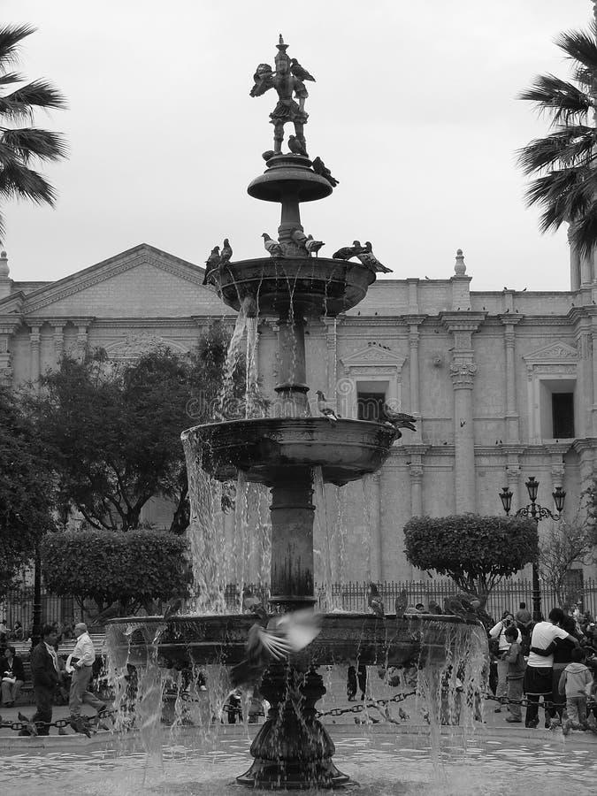 Source dans la place d'église à Arequipa, Pérou photos stock