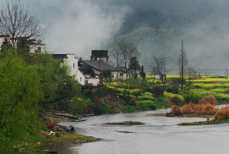 Source dans le village avec le fleuve photos stock