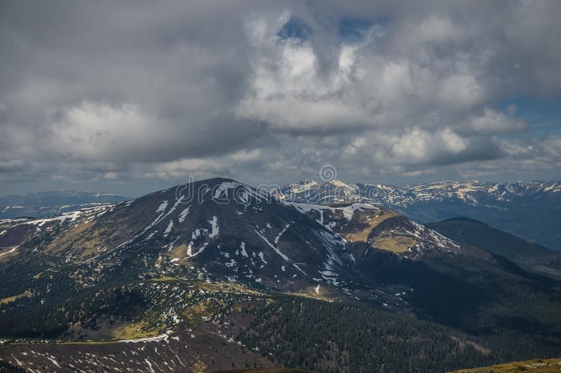 Source dans les montagnes carpathiennes photographie stock libre de droits