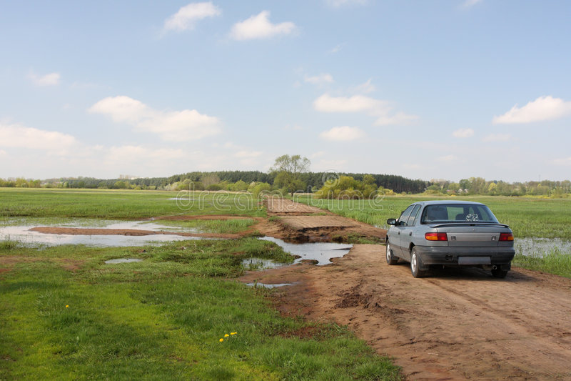 Source de chemin de terre cassée par l'inondation photo libre de droits