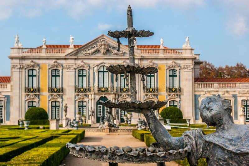 Source des jardins du palais de Queluz image libre de droits