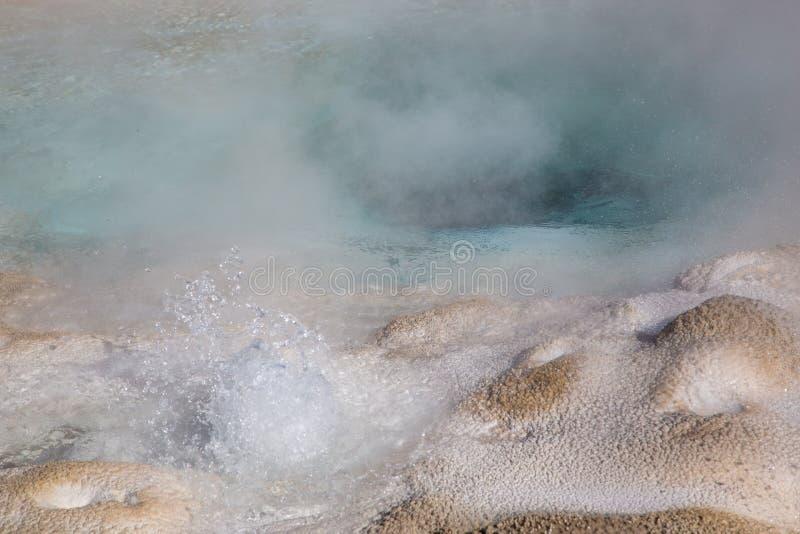Source thermale bleue de bouillonnement image libre de droits