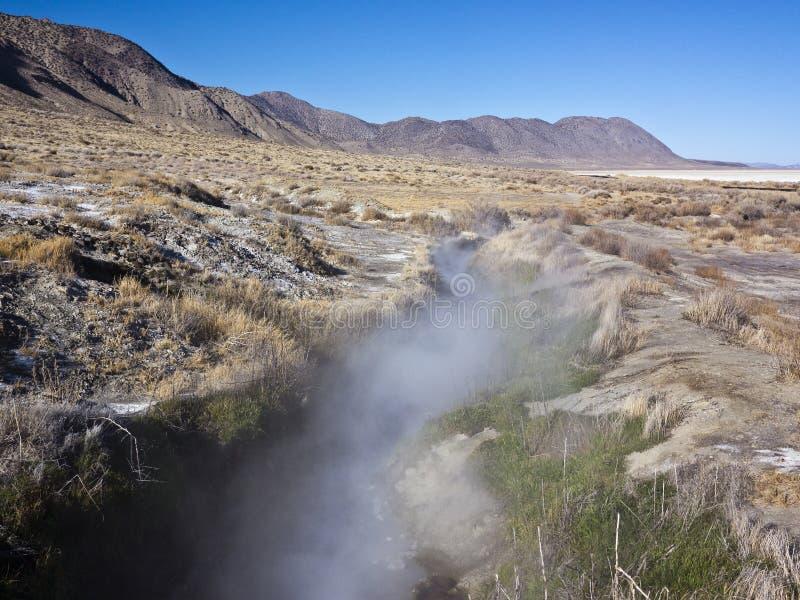 Source thermale de désert noir de roche image stock