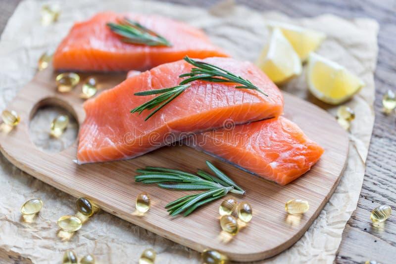 Sources de l'acide Omega-3 (saumons et pilules Omega-3) image libre de droits