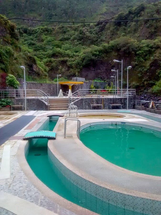 Sources thermales complexes à côté du volcan de Tungurahua dans Banos, Equateur photographie stock
