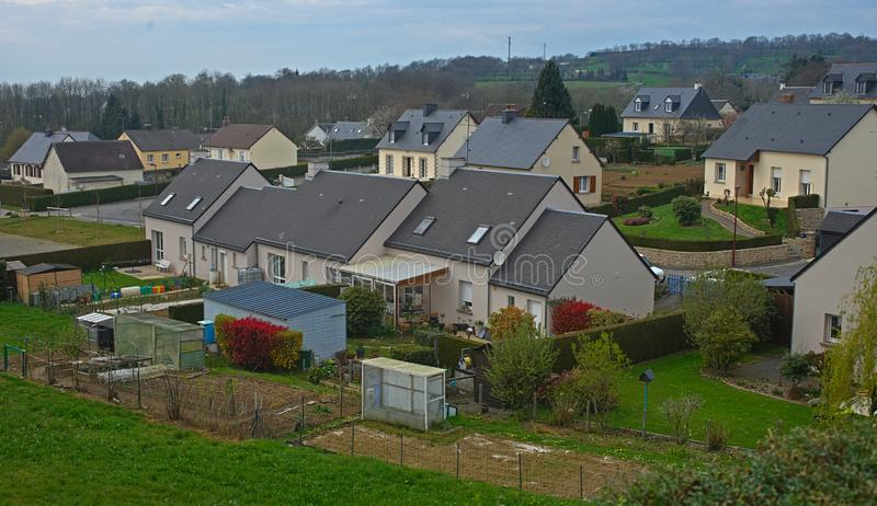 SOURDEVAL, FRANKREICH - 6. April 2019 - Häuser im Dorf lizenzfreie stockfotografie