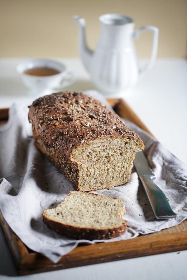 Sourdough för helt korn och för många frö släntrar, den artisanal frukosten royaltyfri foto
