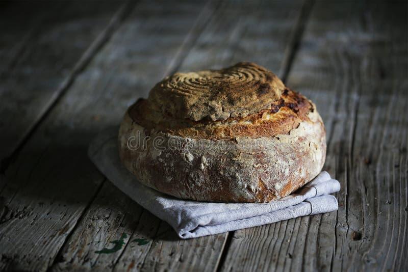 Sourdough nieociosany bochenek, artisanal rękodzieło chleb zdjęcia stock