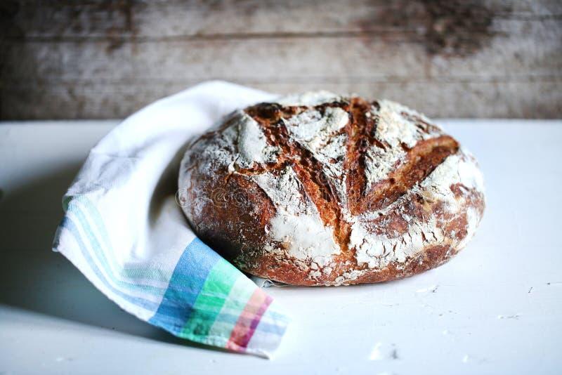 Sourdough stavat helt hantverkarebröd, bageri royaltyfri foto