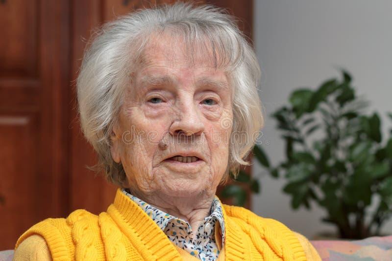 Souriant, femme heureuse d'oldere photo libre de droits