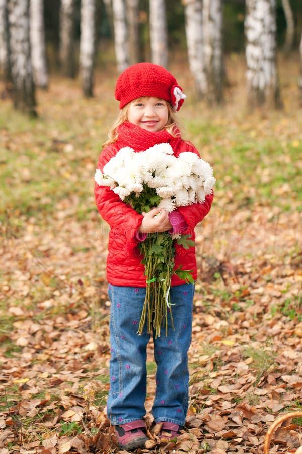Souriant peu d'enfant avec le bouquet photo stock