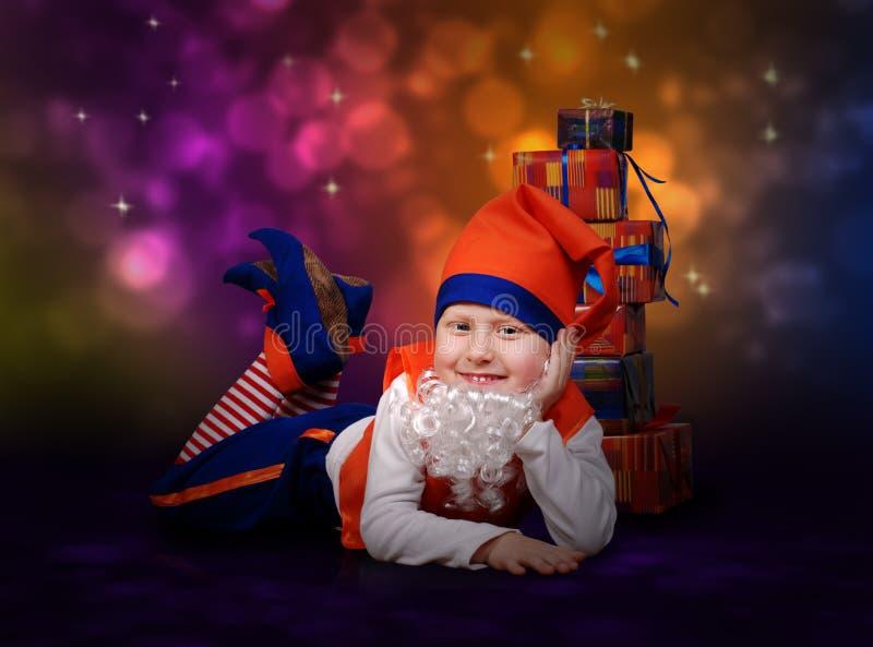 Souriant peu de gnome avec des cadres de cadeau photos libres de droits