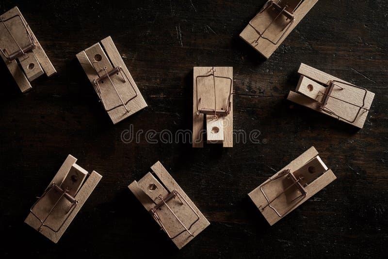 Souricières à clapet en bois vides à ressort images stock