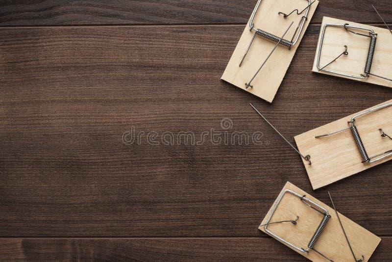 Souricières à clapet sur le fond en bois photos libres de droits