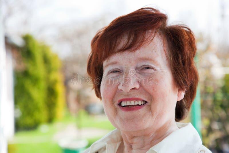 Sourire aîné de femme image stock