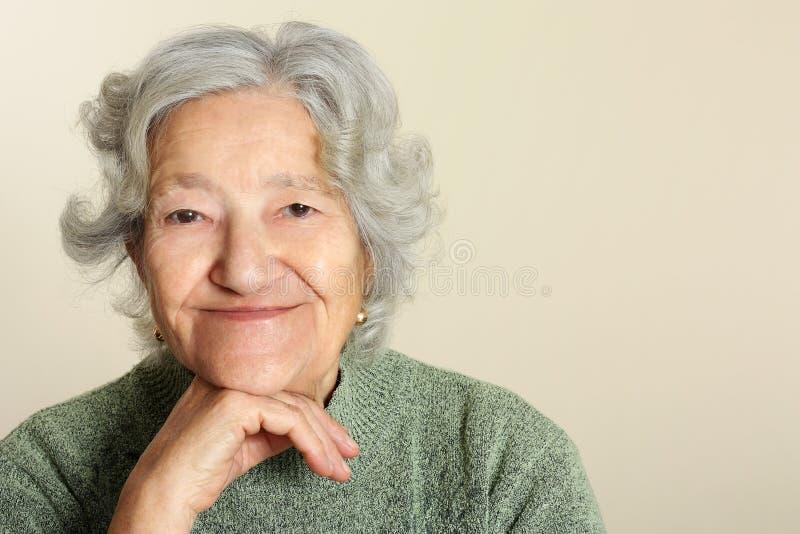 Sourire aîné de verticale image libre de droits