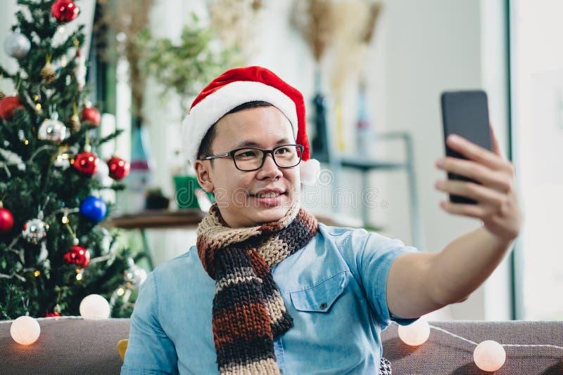 Sourire asiatique d'homme et photo de selfie de prise avec le téléphone portable avec le bl photo libre de droits