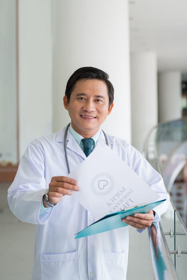 sourire asiatique de docteur photo stock