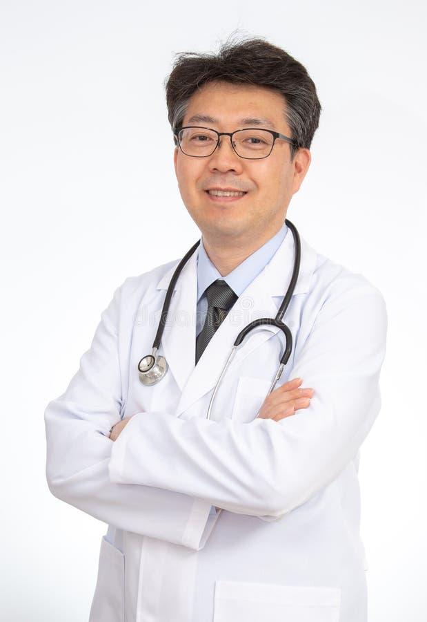 Sourire asiatique de docteur D'isolement sur le fond blanc image stock
