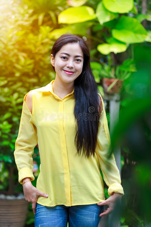 Sourire asiatique de femme heureux au parc Extérieur avec la lumière du soleil lumineuse photographie stock