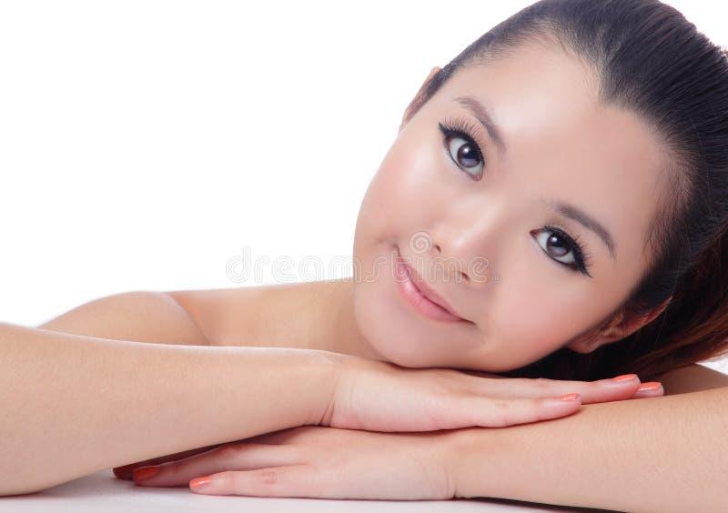 Sourire asiatique de fille de soin de peau de beauté photographie stock libre de droits