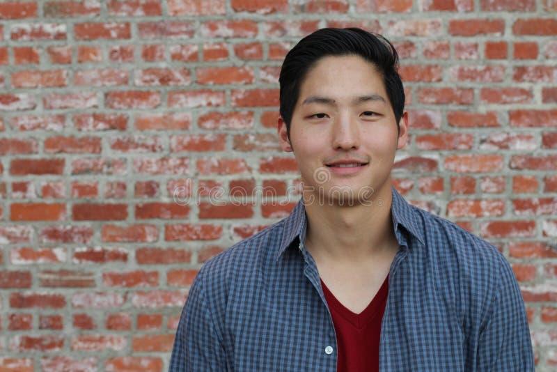Sourire asiatique de portrait d'homme d'isolement images stock