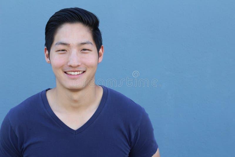 Sourire asiatique de portrait d'homme d'isolement avec l'espace de copie photographie stock libre de droits