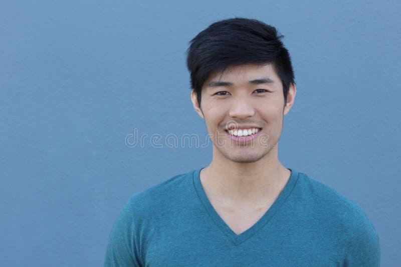 Sourire asiatique de portrait d'homme d'isolement avec l'espace de copie photo stock