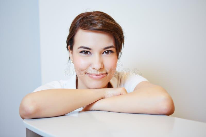 Sourire auxiliaire de jeunes médecins photo libre de droits