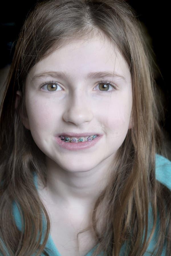 Sourire avec la jeune fille d'accolades photo stock