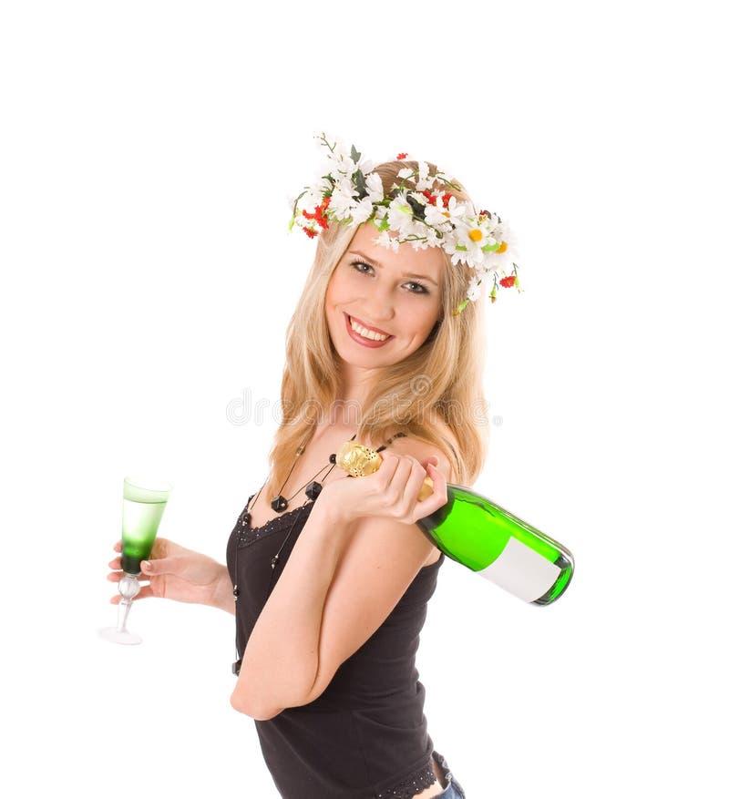 Sourire blond dans la glace et la bouteille de fixation de guirlande image stock