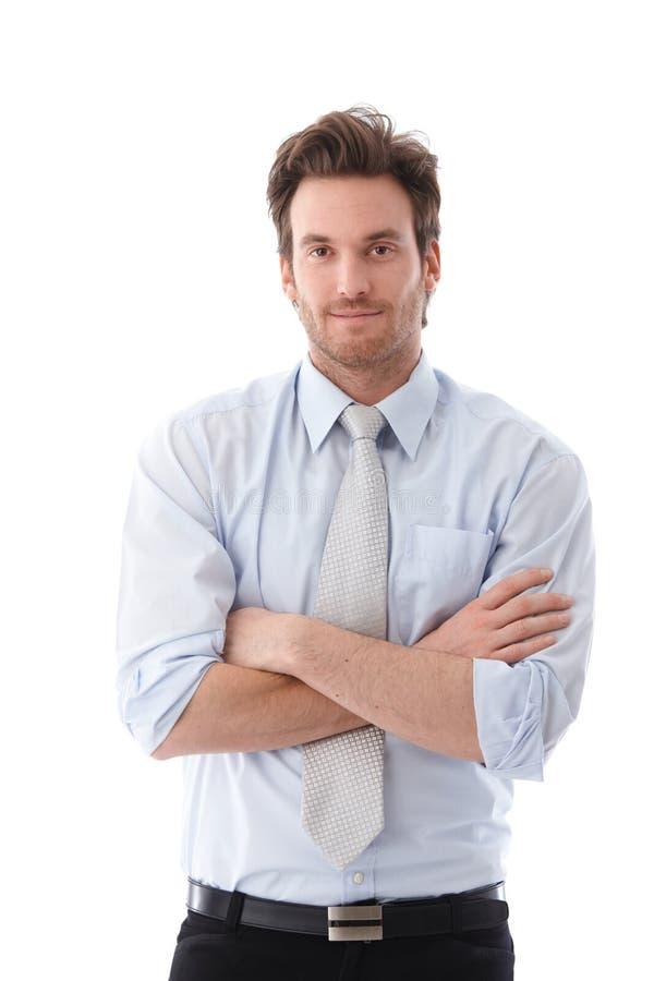 Sourire croisé par bras debout occasionnels d'homme d'affaires photo stock