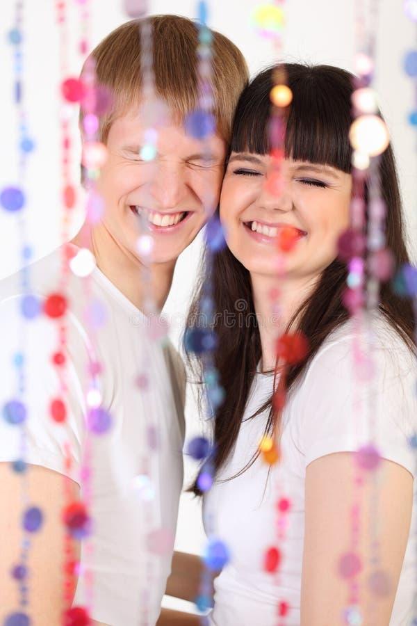 Sourire d'homme et de femme derrière le rideau images stock
