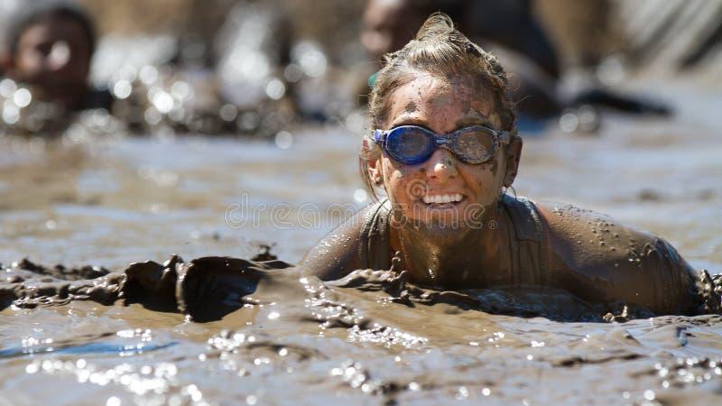 Sourire dans la boue photo stock