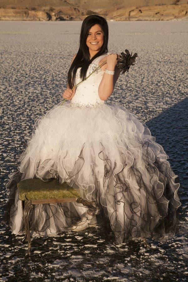 Sourire de banc de fleur de glace de robe formelle de femme images stock