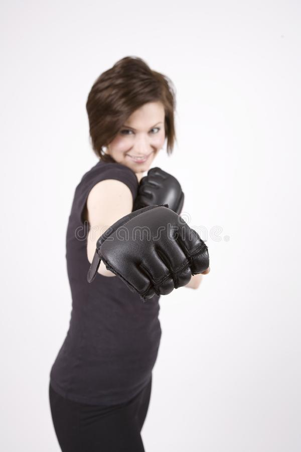 Sourire de boxeur de coup-de-pied de brune photo stock
